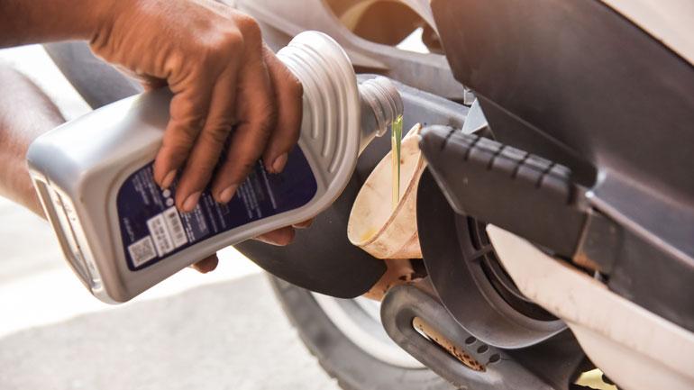 Cambio de aceite de moto. Taller el Paso 2000